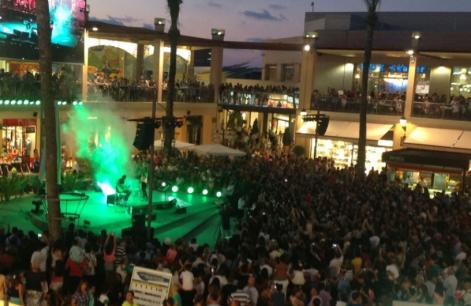 actuación en directo en la plaza La Zenia Boulevard