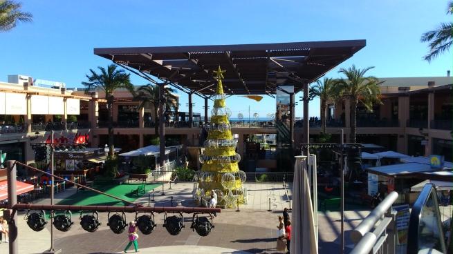 La Zenia Boulevard de día con el arbol de navidad y mar al fondo