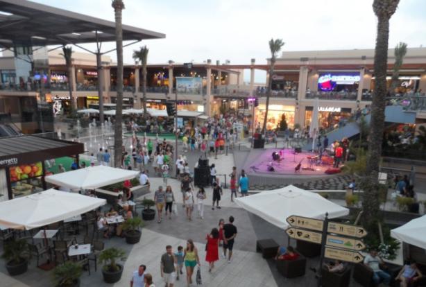 Plaza principal en La Zenia Boulevard