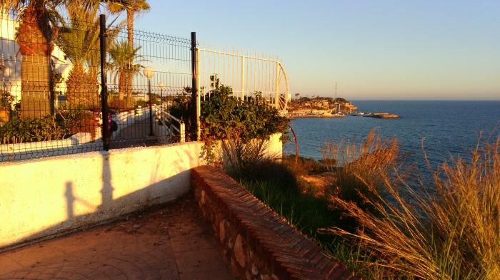 Urbanización que bloquea el paseo marítimo