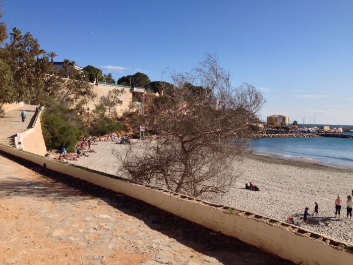 Paseo junto a la Playa Cabo Roig