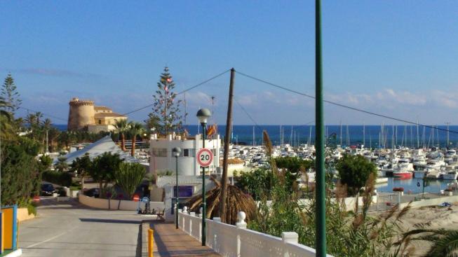 puerto deportivo y torre de la horadada