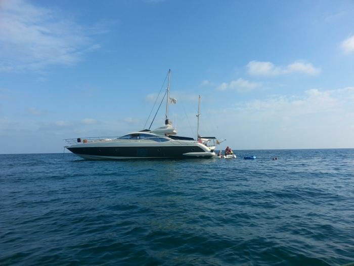 barco amarrado en la Playa Cabo ROig
