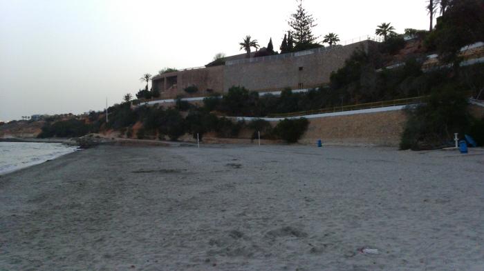 pintura en los accesos a la playa de cabo roig