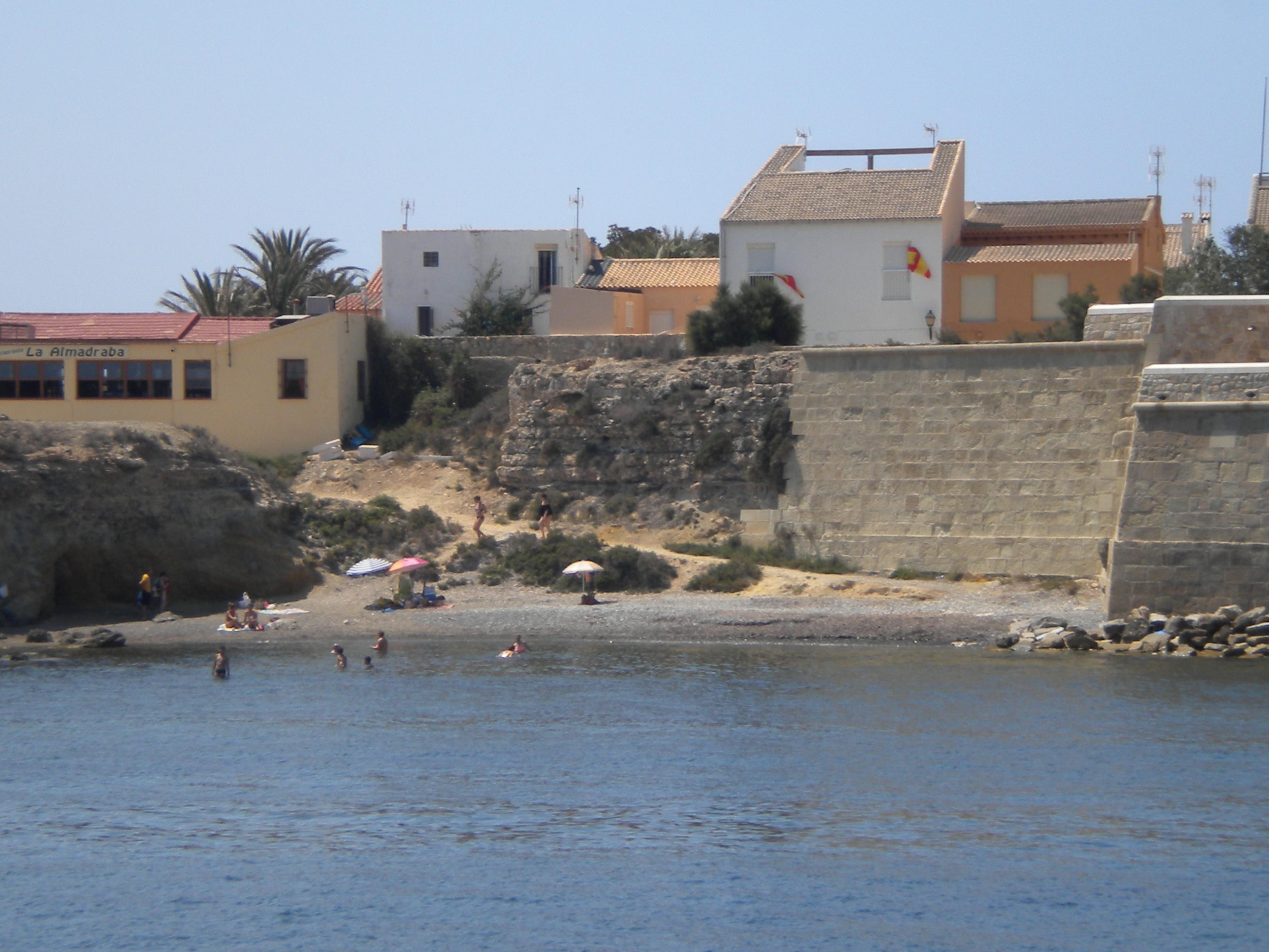 Cala junto nucleo urbano en Isla Tabarca